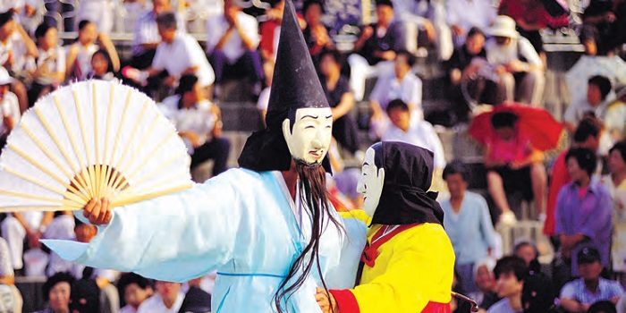 <B>Gangneung Danoje Festival</B> A masked couple dancing at the Gwanno Mask Dance during the Dano festival, which is held to celebrate the change of the seasons from spring to summer.