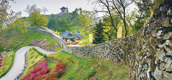 <B>Gongsanseong Fortress.</B> The fortress, which was built along the mountain ridge and valley near Geumgang River, was initially called Ungjinseong but later renamed Gongsanseong after the Goryeo period.